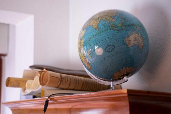Manuskripte und ein Globus