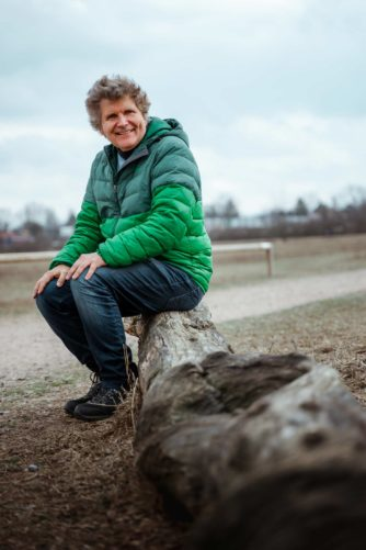 Richard Oliver Schulz sitzt auf einem Baumstamm